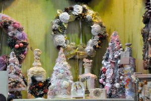 Новогодняя выставка: от ёлочных украшений до одежды и обуви