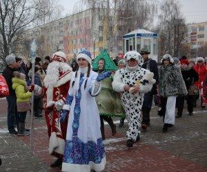 С Дедом Морозом из прошлого в будущее. Парад Дедов Морозов прошёл в городе Строитель